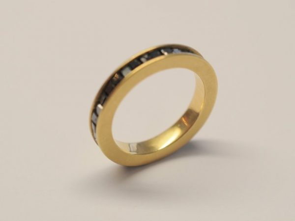 Gelbgoldring mit schwarzen Rohdiamanten