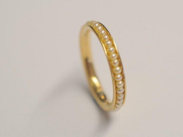 Ring aus 750 Gelbgold besetzt mit weißen Süßwasserperlen