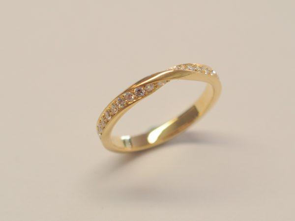 Damenring Möbiusband 750 Gelbgold mit Diamanten
