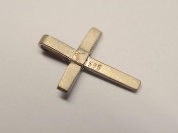 Kleines zartes Kreuz als Anhänger aus 585 Weißgold - Rückseite
