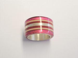 Acetat-Ring mit pink-roten Streifen