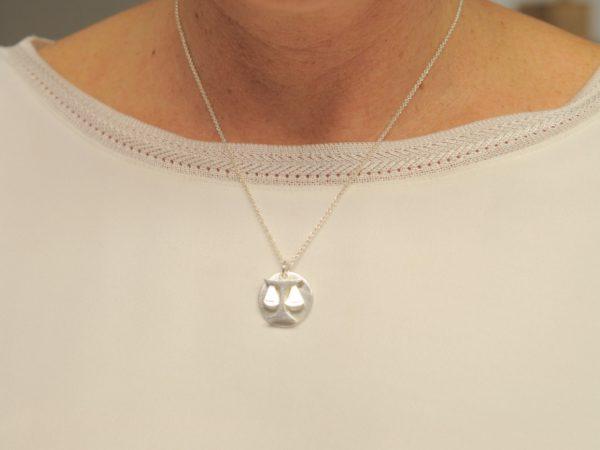 Sternzeichen Anhänger Waage aus Silber an Silberkette mit Gravurplatte