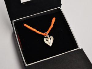 Silber Schutzengel Anhänger mit orangenem Diamant in Schmucketui