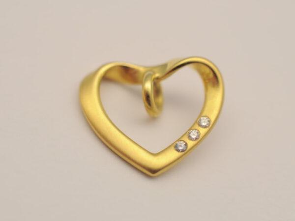Herz Gelbgold mit drei Brillanten
