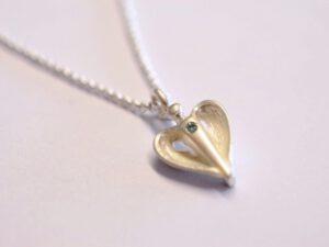 Kleiner Silber-Schutzengel Anhänger mit eisblauem Diamant