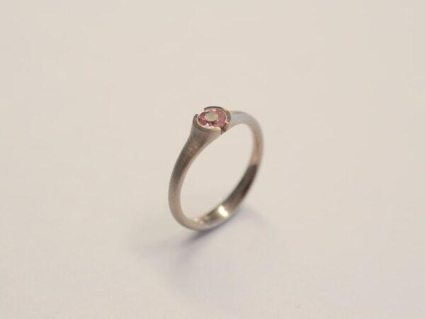 Solitär-Ring 750 WG mit Turmalin rosa