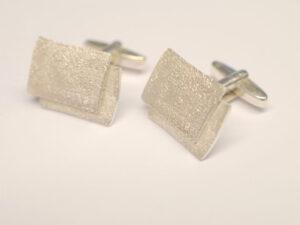 Manschettenknöpfe aus Silber mit Oberflächenstruktur