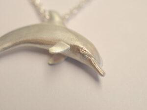 Delfin Anhänger aus Silber mit Diamanten in Augen