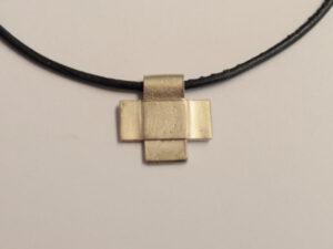 Kreuz Anhänger aus 585 Weißgold an Lederband