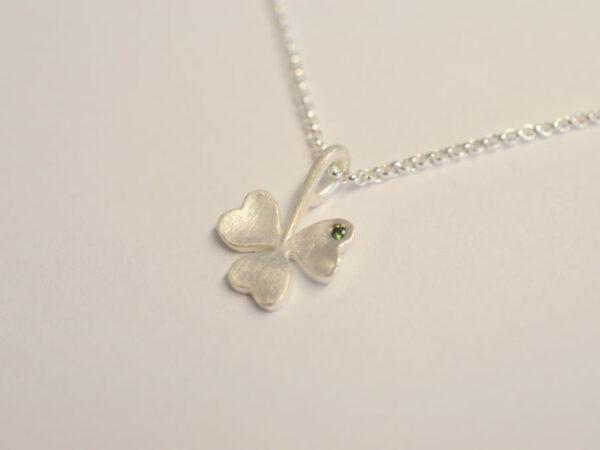 Kleeblatt dreiblättrig aus Silber mit grünem Diamant