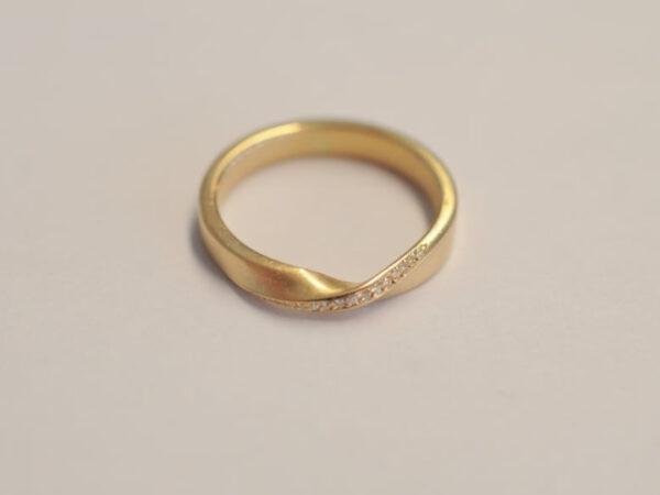 Möbiusband Damenring Gelbgold mit Diamanten